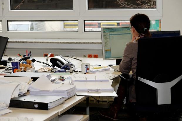 decreased-work-performance-unorganized-desk