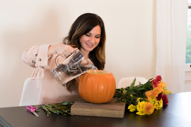 budget-friendly-diy-fall-decor-cheap-easy-pumpkin-floral-arrangement-centerpiece