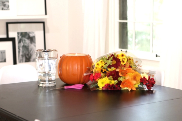 budget-friendly-diy-fall-decor-cheap-easy-pumpkin-floral-arrangement-supplies
