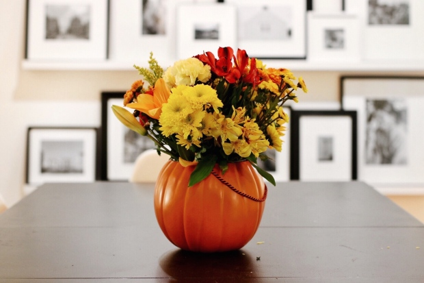 budget-friendly-diy-fall-decor-pumpkin-fall-floral-arrangement-centerpiece
